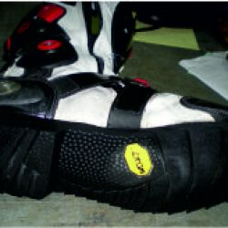 Cambiar el piso a unas botas de moto.