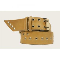 Cinturón de cuero con ojales.