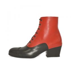 Bota de maga en negro y rojo.